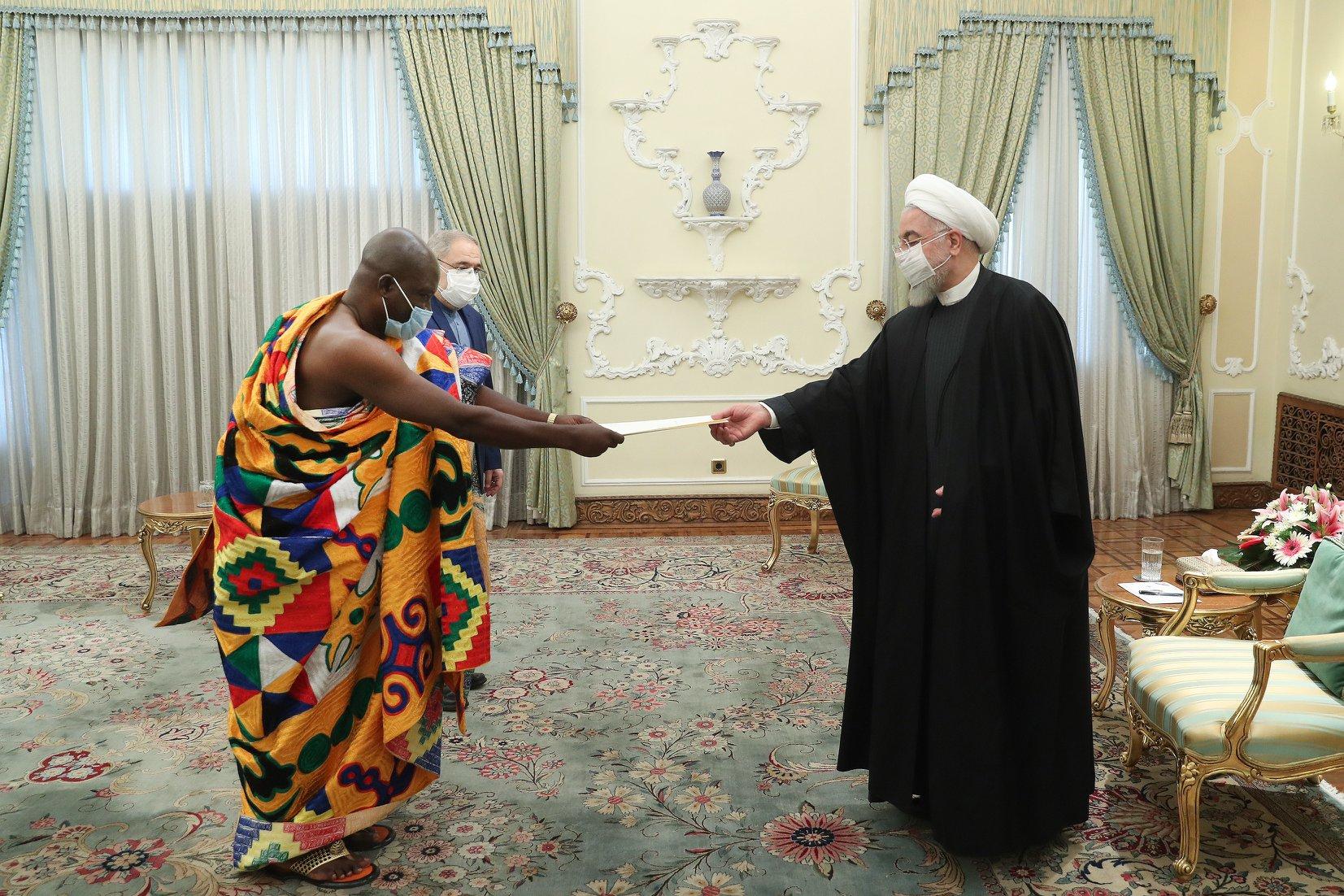 باڵیۆزی غانا لە ئێران بە جلوبەرگێکی کولتوورییەوە کارنامەکەی خۆی پێشکێشی حەسەن رووحانی